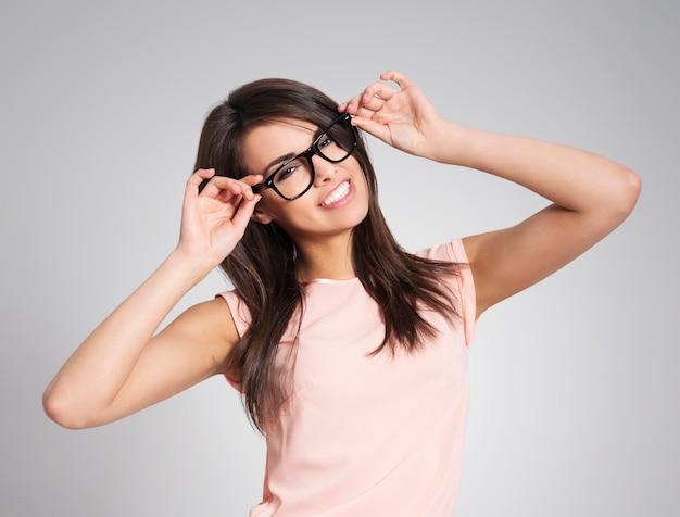Schöne frau, die modische brille trägt