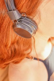 Schöne frau, die musik hört