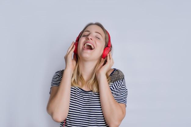 Schöne frau, die musik im studio hört.