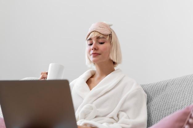 Schöne frau, die nach dem aufwachen aus ihrem schlaf arbeitet