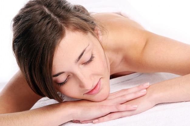 Schöne frau, die nach der massage entspannt