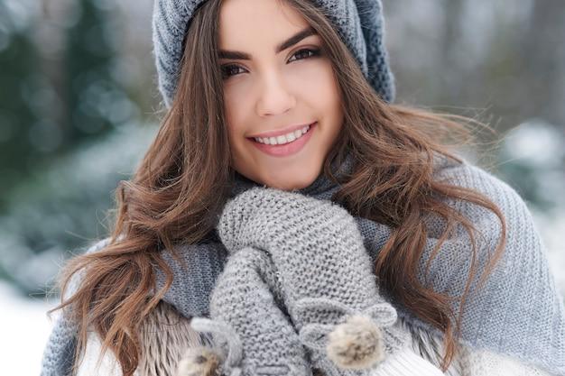 Schöne frau, die natur während des winters liebt