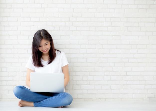 Schöne frau, die on-line-laptop arbeitet