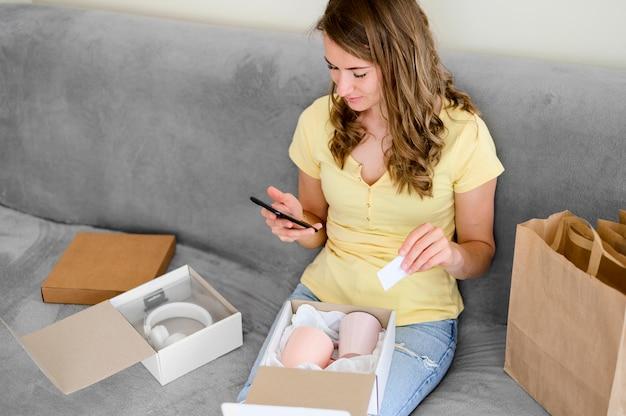 Schöne frau, die online einkaufen will