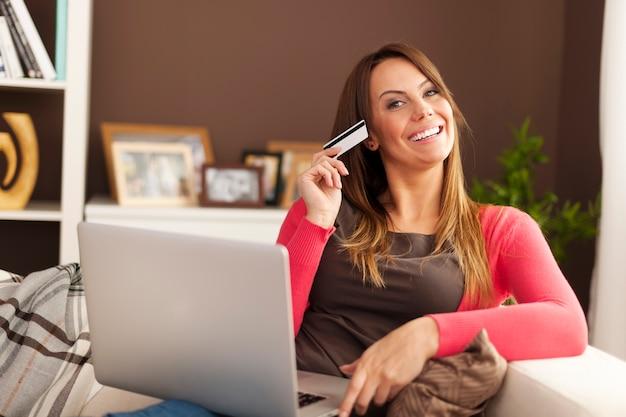 Schöne frau, die online-shopping liebt
