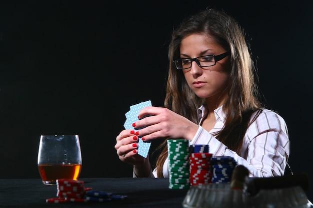 Schöne frau, die poker spielt