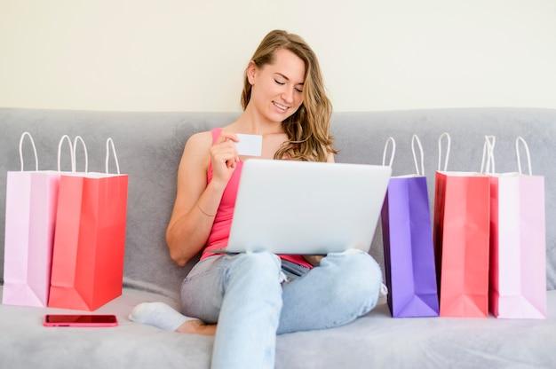 Schöne frau, die produkte online bestellt