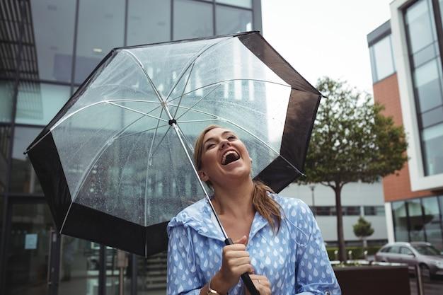 Schöne frau, die regen genießt