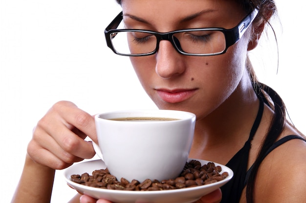Schöne frau, die schwarzen kaffee trinkt