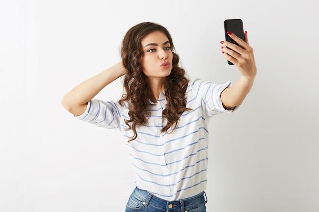 Schöne frau, die selfie foto auf handy macht, lächelnd, islolated, zwinkert,