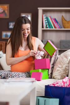 Schöne frau, die sich auf die geburt des babys vorbereitet