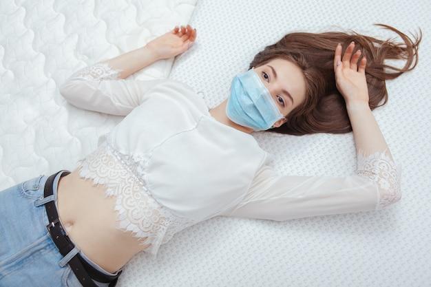 Schöne frau, die sich auf einer orthopädischen matratze entspannt