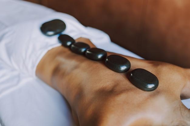 Schöne frau, die sich in einem beauty-spa-hotel entspannt - kunde bei einer schönheitsbehandlung in einem beauty-spa-salon