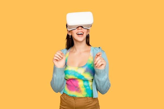 Schöne frau, die spaß mit dem digitalen gerät des vr-headsets hat