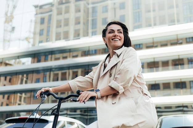 Schöne frau, die umweltfreundliches fahrrad reitet