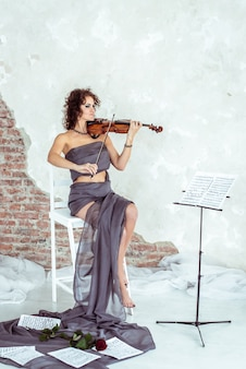Schöne frau, die violine spielt