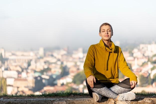 Schöne frau, die vollen schuß meditiert