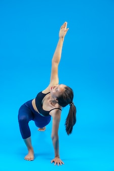 Schöne frau, die yoga macht