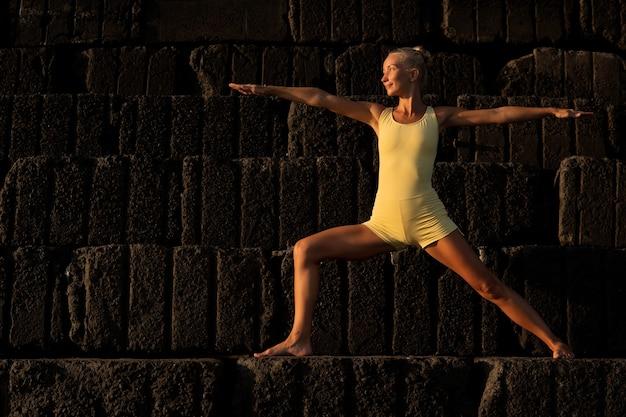 Schöne frau, die yoga tut. bali