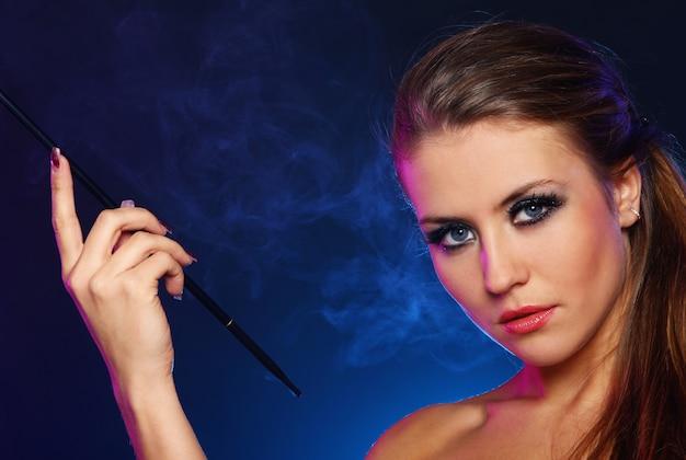 Schöne frau, die zigarette raucht