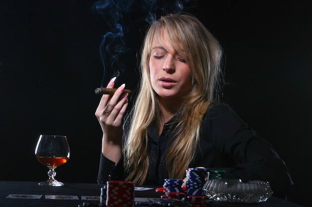 Schöne frau, die zigarre raucht
