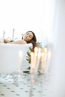 Schöne frau, die zu hause im badezimmer aufwirft