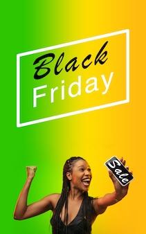 Schöne frau, die zum einkaufen am schwarzen freitag einlädt, verkaufskonzept. vertikaler flyer, farbverlauf