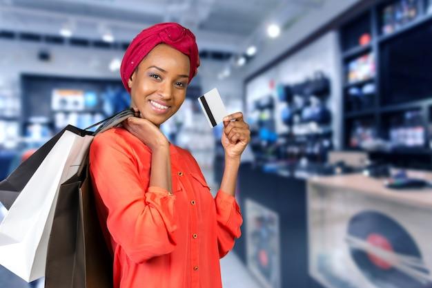 Schöne frau einkaufen und taschen halten