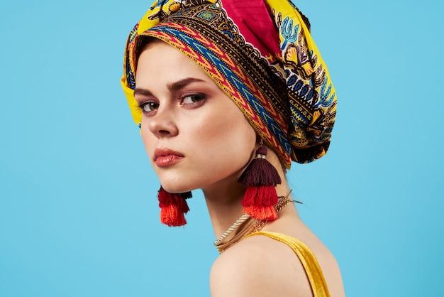 Schöne frau ethnizität bunten kopftuch make-up glamour blauen hintergrund
