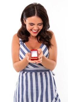 Schöne frau freut sich über den heiratsantrag