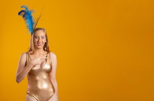 Schöne frau für karnevalsnacht gekleidet