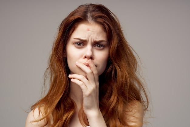 Schöne frau gesichtshautprobleme dermatologie isoliert hintergrund