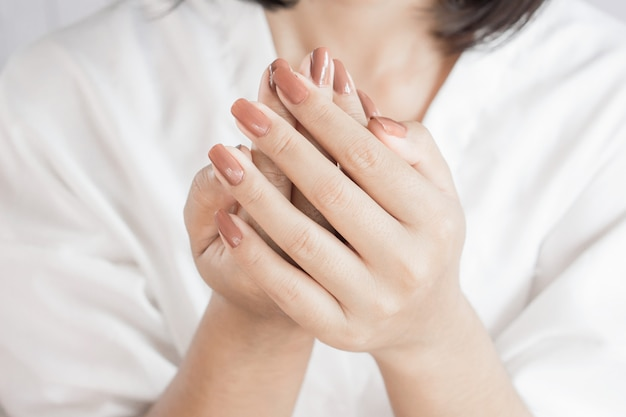 Schöne frau hand und nagellack closeup