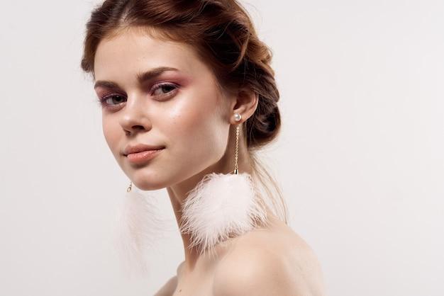 Schöne frau helles make-up nackte schultern klare haut frische charme.