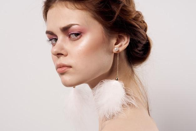 Schöne frau helles make-up saubere haut nackte schultern lächeln glamour.
