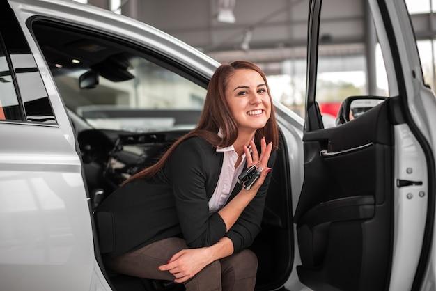 Schöne frau im auto sitzen
