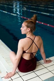 Schöne frau im badeanzug mit mittlerer aufnahme