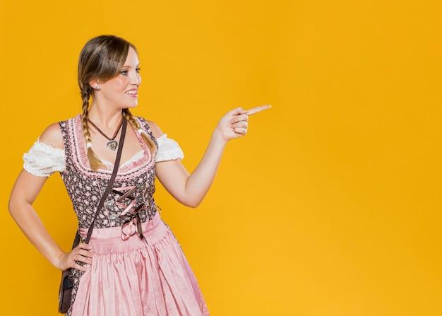 Schöne frau im bayerischen kostüm