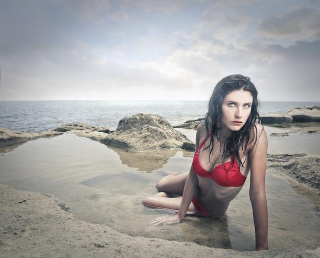Schöne frau im bikini am meer