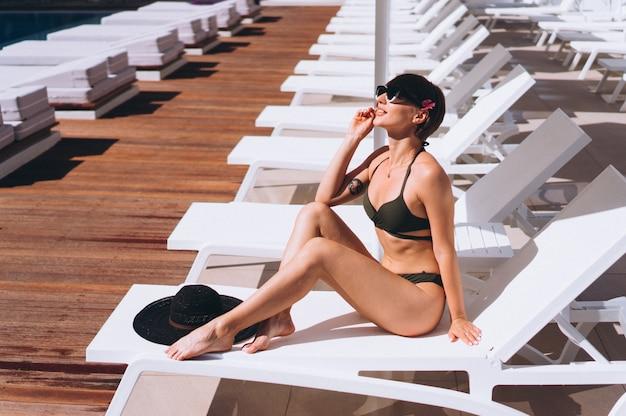 Schöne frau im bikini am pool