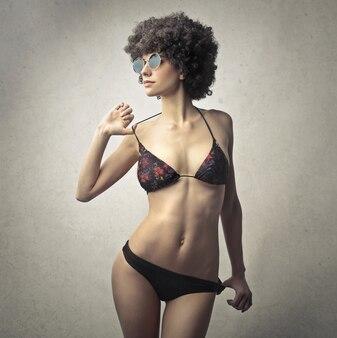 Schöne frau im bikini