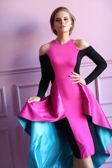 Schöne frau im bunten kleid