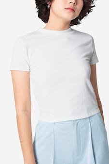 Schöne frau im einfachen weißen t-shirt mit designraum
