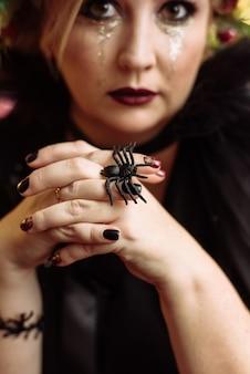 Schöne frau im eleganten schwarzen kleid