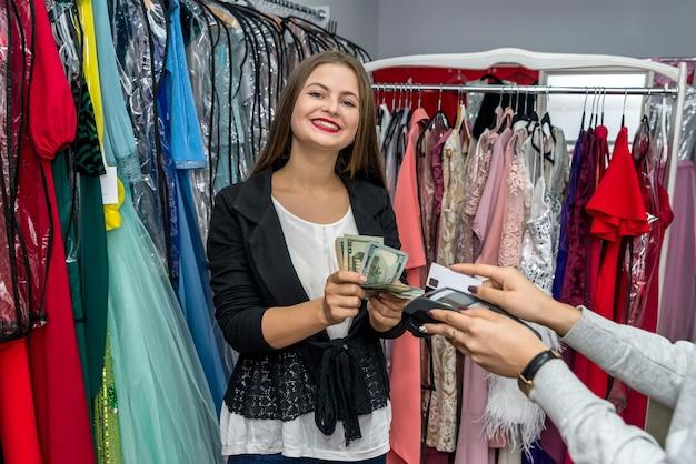 Schöne frau im geschäft, das zahlung mit kreditkarte macht