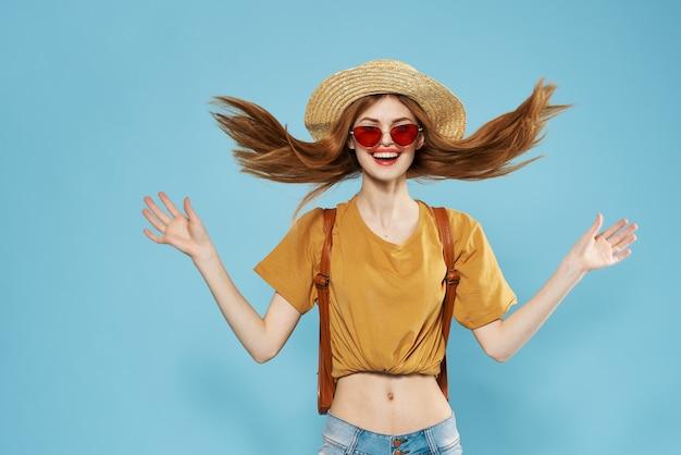 Schöne frau im hut dunkle brille modische kleidung emotionen abgeschnitten ansicht spaß modell