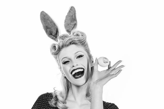 Schöne frau im kaninchenkostüm. schöne frau im kaninchenkostüm. eier jagen. hübsches mädchen jagt nach