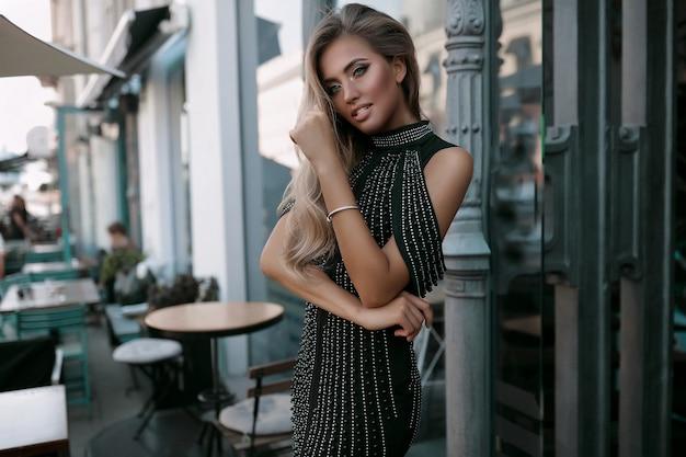 Schöne frau im kostüm, die straße entlang, mode, schönheit, make-up, abendkleid, lächelndes mädchen, posierendes modell, luxus tragen, accessoires, blondine, volumenhaar, lippenstift, augen, perfekt