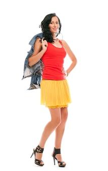 Schöne frau im lässigen outfit