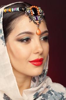 Schöne frau im orientalischen stil mit mehendi